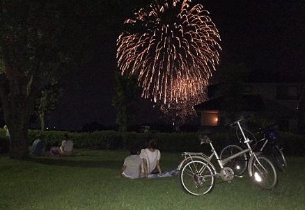 芝生に座って、のんびり花火見物